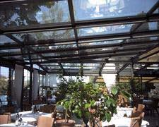 un patio all aperto un ampio terrazzo un porticato sono tutti spazi ...