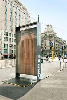 La porta ed il design: Acem totem Piazza Missori