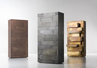 Celato di DeCastelli è un mobile a cassetti con molti spazi interni ...