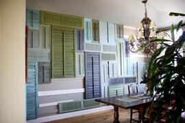Olive and Love, parete rivestita con persiane