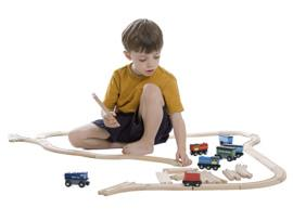 Bambino con trenino