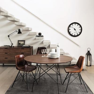 Sala da pranzo Maisons du Monde con tavolo in massello di noce e metallo