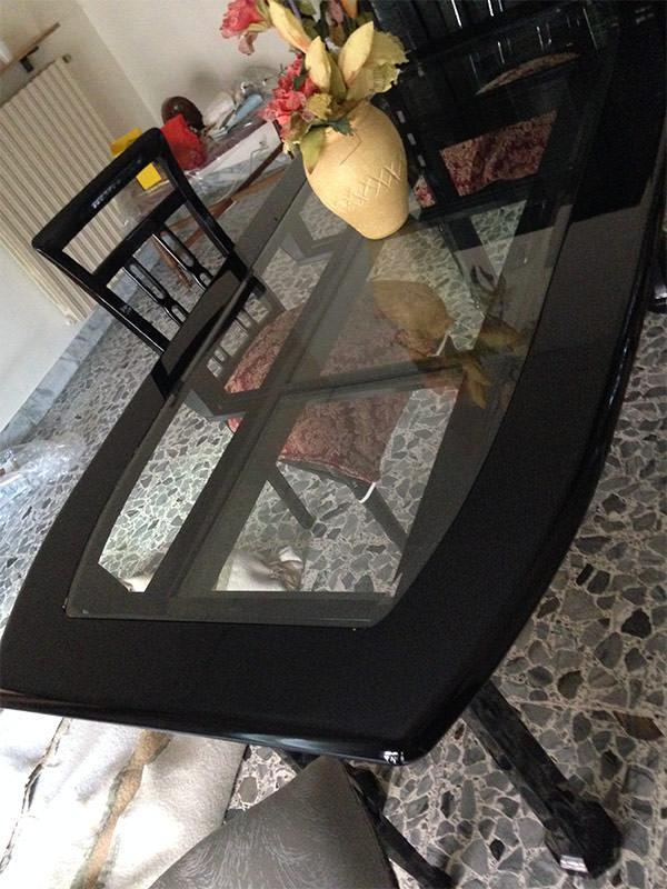 Tavolo e sedie laccate nero lucido