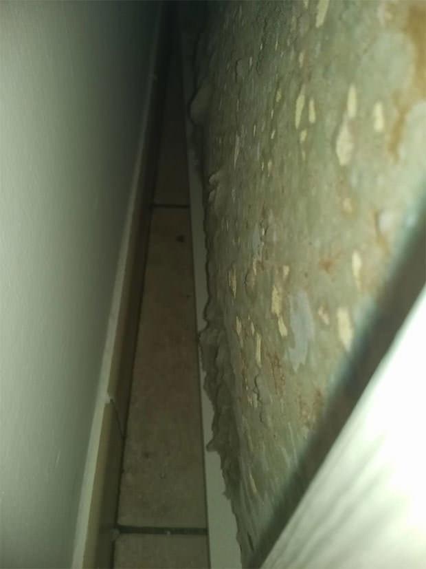 Muffa dietro larmadio in una stanza umida