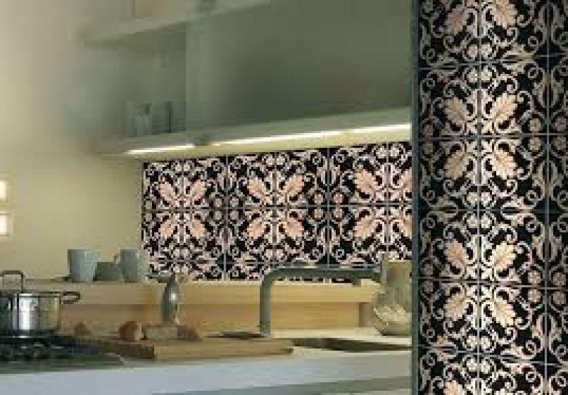 Arredamento cucina bicolore e mattonelle tunisine