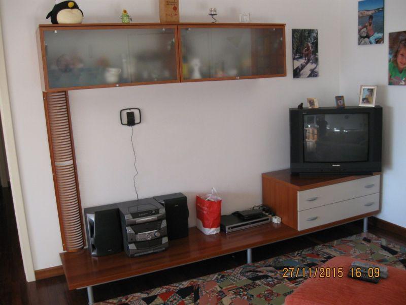Parete attrezzata soggiorno con base tv e pensili 4
