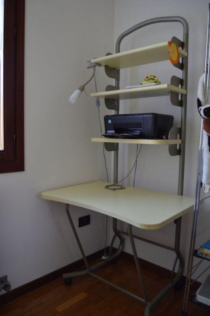 Scrivania con mensole phl scrivania con scaffale with - Mensole porta pc ...