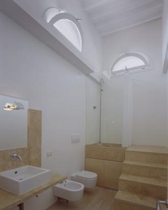 locale bagno realizzato con smaltoresina colore bianco ral 1013 e trasparente