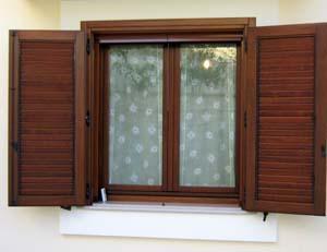La protezione degli infissi in legno for Infissi esterni in alluminio prezzi