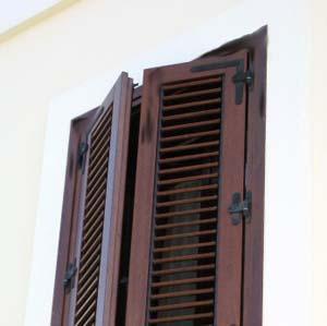 La protezione degli infissi in legno:un infisso deteriorato a causa della mancanza di cornicione