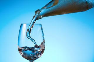 bottiglia di acqua in vetro