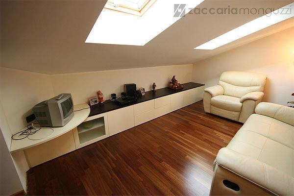 Soggiorno mansarda arredo idee per il design della casa - Idee arredamento mansarda ...