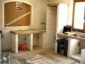 Fase di costruzione cucina in muratura