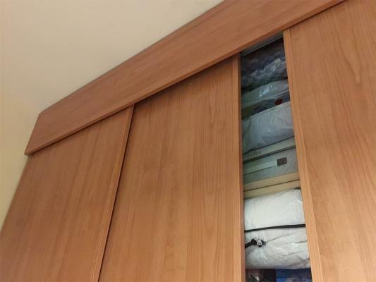 Armadio a muro particolare attacco al soffitto