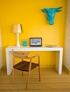 Esempio parete colorata_sfondo giallo_Pinterest