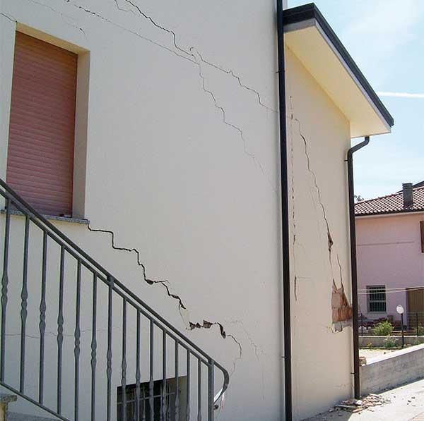 Crepe nei muri dovute a problemi di coesione del terreno, l'utilizzo della resina espandente
