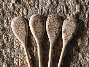 Cucchiai in legno decorati con pirografo, di La bottega dei creativi
