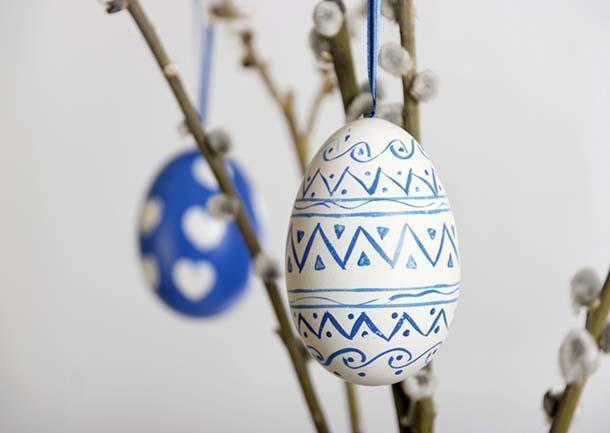 Finte uova dipinte come decorazioni per l'alberello pasquale