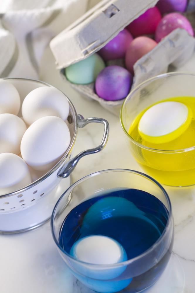 Tingere le uovo come decorazione pasquale