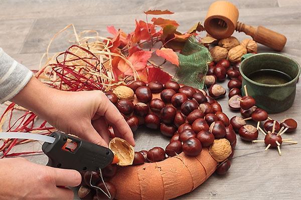 Preparazione di una ghirlanda natalizia con frutta secca