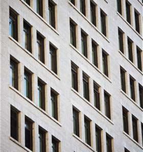 Una facciata con finestre convenzionali