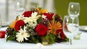 Decorare la tavola con frutta e fiori