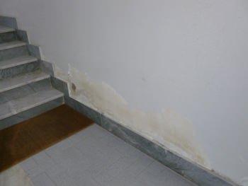 vano scale con presenza di umidità