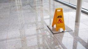 Pavimento scivoloso e danni: non sempre è colpa del condominio