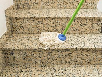 Ripartizione spese tra inquilino e proprietario per pulizia scale