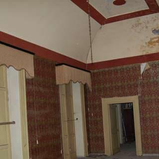 Interno di abitazione con soffitto decorato