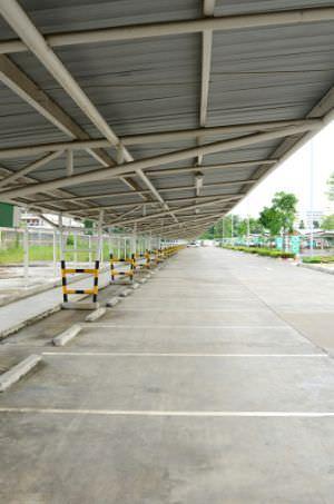 Carport in ferro per più posti auto