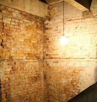 Un vecchio solaio con trave di bordo addossata a muro umido
