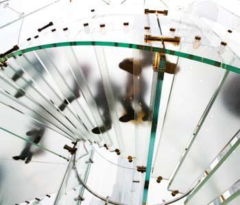 Una moderna scala in cristallo strutturale