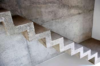 Una scala interna in cemento armato a vista già trattata