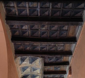 Solaio a orditura semplice con decorazioni dipinte e regoli da convento.