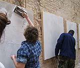 La stesura dell'intonachino sull'arriccio, durante un workshop didattico.