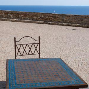 Tavolo da giardino decorato mosaico