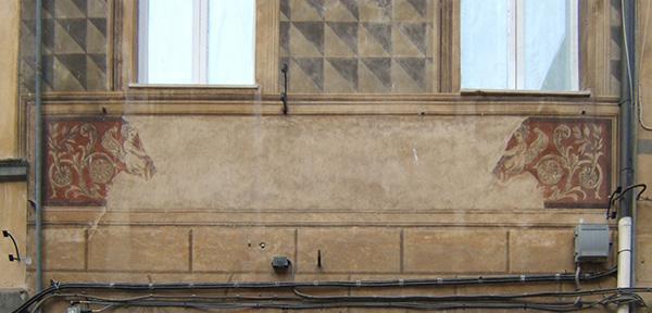 Lacuna della decorazione pittorica, probabilmente dovuta alla presenza di un'insegna ora rimossa.