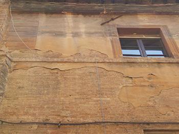 Un intonaco decorato con vistosi rigonfiamenti, e perciò bisognoso di pre-consolidamento e successiva pulitura.