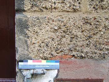 Esecuzione di una fotografia di dettaglio su un intonaco decorato.