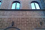 Un intonaco decorato realizzato con la tecnica dello sgraffito visibile nel centro storico di Firenze.