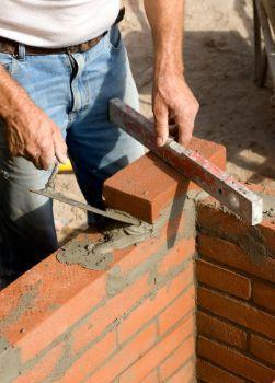 Costruzione muro in mattoni