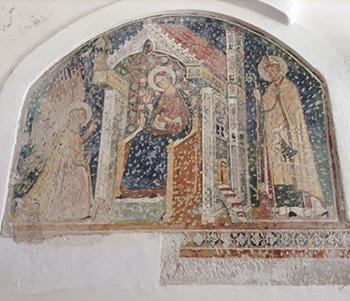 Affresco di epoca medievale con soggetto sacro, ritrovato sotto un dipinto di epoca più recente.