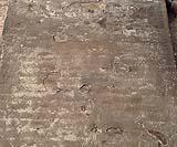 Tracce di un affresco di epoca medievale a soggetto sacro: si notino le aureole con decorazioni incise nell'intonaco ancora fresco.