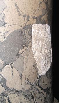 La presenza di una lacuna denuncia l'origine artificiale del finto marmo.