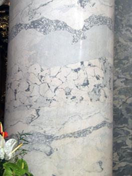 Marmo artificiale con macchie e venature.