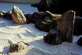 Particolare di un giardino secco: si noti la forma naturale delle rocce.