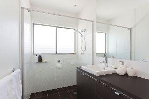 Doccia in bagno lungo e stretto - Finestra nella doccia ...