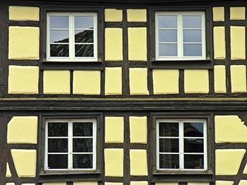 Una vecchia casa nella città francese di Colmar: si nota molto bene il telaio portante in legno tipico dell'opus craticium.