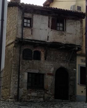 Casa medievale in piccolo sporto in opus craticium a Cividale del Friuli.